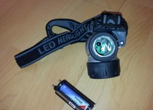 Kopf-Lampe mit LEDs von Eaxus mit offenem Batteriefach