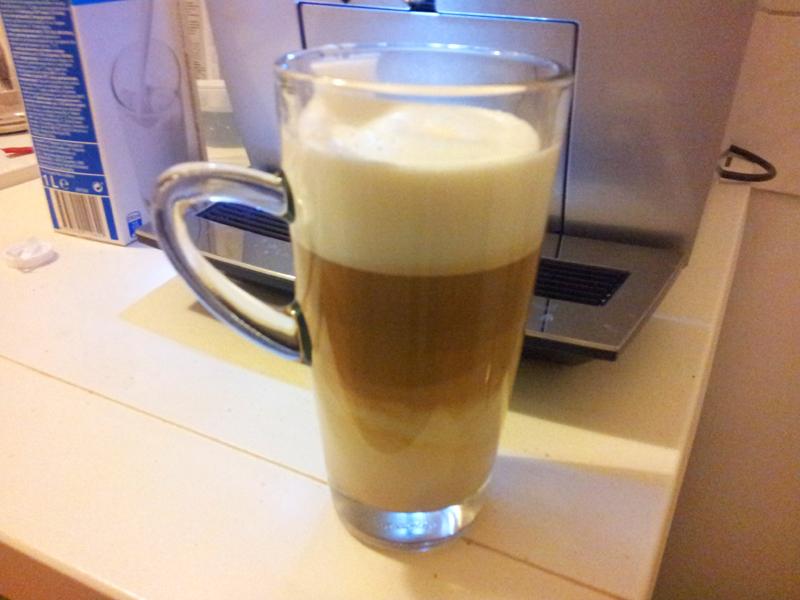 Milchkaffee durch De Jura Vollkaffeeautomaten